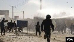 Soldados de la OTAN efectuaron disparos al aire para tratar de dispersar a los manifestantes antes de que la policía afgana enviara refuerzos.