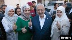 Lãnh đạo đảng Ennahda Rached Ghannouchi (giữa) cùng với vợ và hai con gái Yousra và Soumaya tại một địa điểm bầu cử ở Tunisia, ngày 26/10/2014.