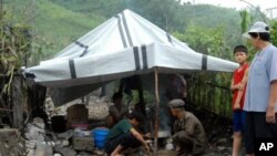 계속된 폭우로 천막생활을 하고있는 평안남도 북창군 주민들(자료사진)