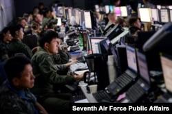 지난 2015년 8월 을지프리덤가디언(UFG) 미한연합군사훈련에 참가한 장병들이 오산공군기지 내 지휘통제소에서 작전을 수행하고 있다.