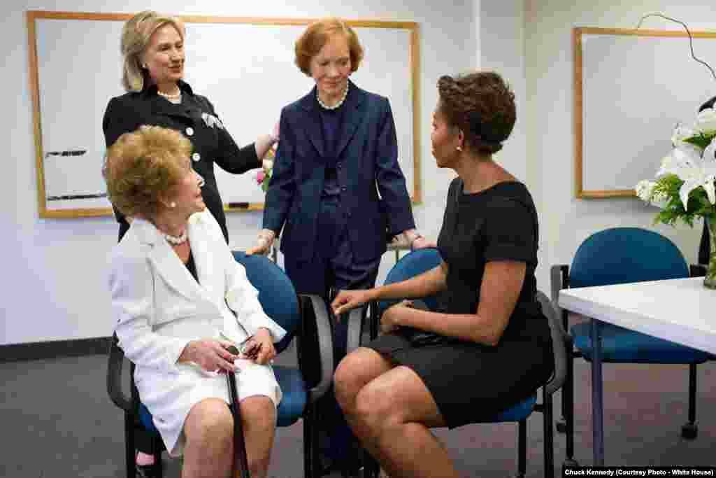 Les trois anciennes Première dame, Nancy Reagan, Hillary Rodham Clinton, Rosalynn Carter, et Michelle Obama réunies pour les funérailles de Betty Ford, le 12 juillet 2011. (Official White House Photo by Chuck Kennedy)