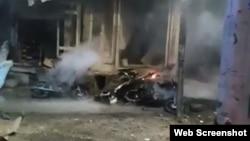 دھماکے میں استعمال ہونے والی موٹرسائیکل کی آگ بجھائی جا رہی ہے۔ 12 اپریل 2019