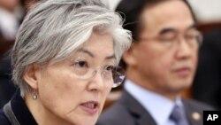 La ministra de Exteriores de Corea del Sur, Kang Kyung-wha, responde preguntas de un legislador, con el ministro de Unificación.