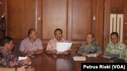 Wagub Jawa Timur Saifullah Yusuf menunjukkan daftar warga Jawa Timur yang akan dipulangkan dari Kalimantan (Foto: VOA/Petrus)