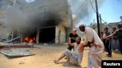 Palestinos evacuan a hombre herido tras un ataque aéreo israelí en Rafah, en la parte sur de Gaza.