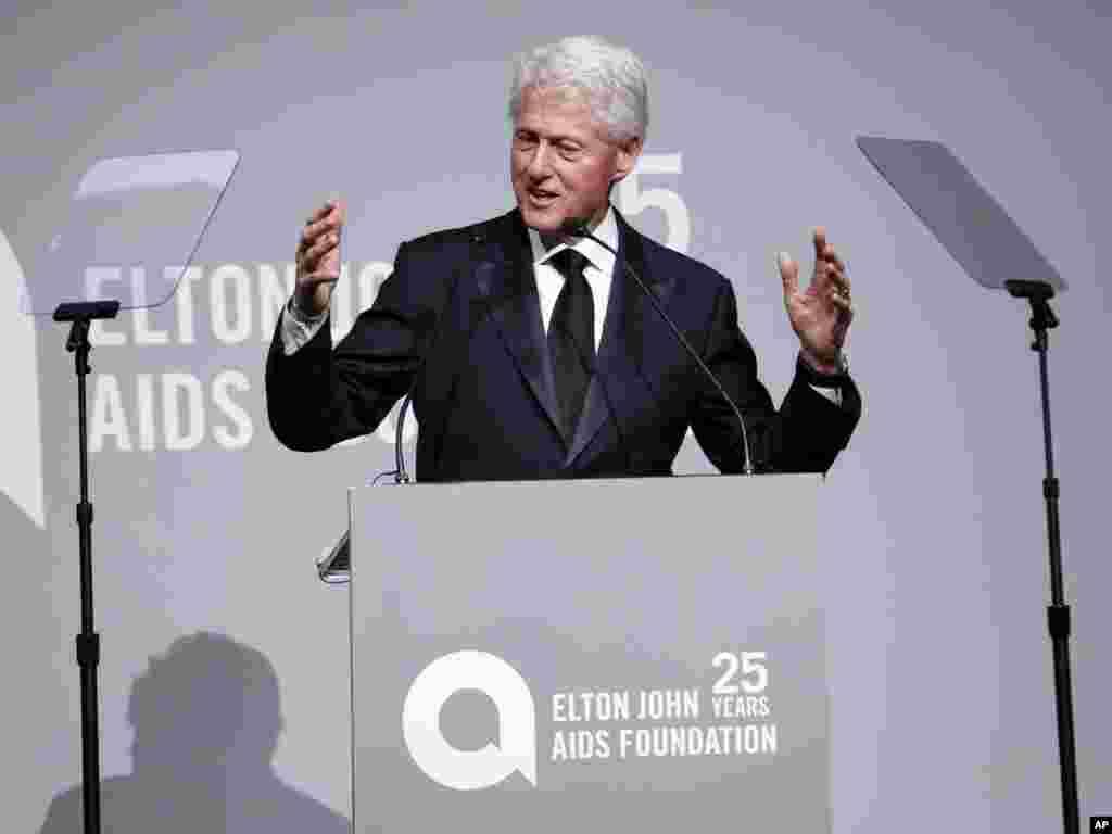 حضور بیل کلینتون رئیس جمهوری پیشین آمریکا در سالگرد تاسیس «بنیاد مبارزه با ایدز» التون جان خواننده، آهنگساز و پیانیست اهل انگلستان