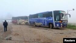 시리아 마다이와 자바다니 지역에서 탈출한 주민들을 태운 버스가 14일 알레포 시에 도착하고 있다.