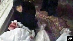 业余录像中的截屏图显示,一名叙利亚妇女哀悼12月26号在霍姆斯被打死的一名亲属。