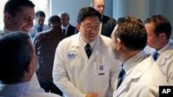 Dr. Dicken Ko, direktur program urologi Rumah Sakit Umum Massachusetts, berjabat tangan dengan anggota tim operasi usai konferensi pers di Boston mengenai transplantasi penis pertama di AS (16/5). (AP/Elise Amendola)