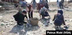 Sampah plastik nampak terdampar di pasir pantai Kenjeran, menjadi masalah bersama yang harus diselesaikan (Foto:VOA/ Petrus Riski).