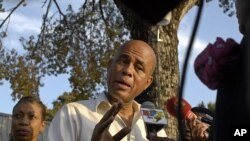 ປະທານາທິບໍດີຂອງເຮຕິທ່ານ Michele Martelly ຕອບການສໍາພາດຂອງພວກນັກຂ່າວ ກ່ຽວກັບ ຄວາມຮູ້ສຶກຂອງທ່ານຕໍ່ການລະນຶກເຖິງວັນຄົບຮອບສອງປີ ຂອງໄພແຜ່ນດິນໄຫວຮ້າຍແຮງ ລຸນຫລັງ ອອກຈາກກອງປະຊຸມນັກຂ່າວ ທີ່ພະລາຊວັງແຫ່ງຊາດນະຄອນຫລວງ Port Au Prince ໃນວັນທີ 11 ມັງກອນ, 2012 REUTERS/Swoan