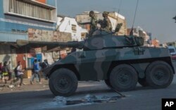 지난 1일 짐바브웨 수도 하라레에서 야당 지지자들의 반정부 시위를 진압하기 위해 장갑차가 출동했다.