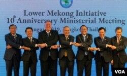 Ngoại trưởng Hoa Kỳ Mike Pompeo (thứ ba từ trái), Ngoại trưởng Việt Nam Phạm Bình Minh (thứ hai từ phải) tại Hội nghị cấp Bộ trưởng ở Bangkok, Thái Lan hôm 1/8/2019 trong dịp kỷ niệm 10 năm Sáng kiến Hạ lưu Mekong. [nguồn: US Embassy in Vietnam]