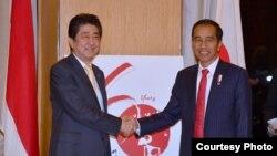 Pertemuan Presiden Jokowi dengan Perdana Menteri Jepang Shinzo Abe di tengah KTT ASEAN di Manila Filipina Minggu 12 November 2017. (Foto courtesy: Biro Pers Kepresiden RI)
