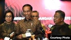 Presiden Joko Widodo mengucapkan selamat berlibur akhir tahun 2017 usai menutup secara resmi transaksi saham tahun 2017 di Gedung Bursa Efek Indonesia Jakarta Jum'at 29 Desember 2017. (Foto courtesy: Biro Pers Istana)