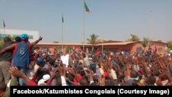 L'opposant congolais en exil Moïse Katumbi au milieu d'une de ses partisans à la frontière zambienne avec la RDC, 3 août 2018. (Facebook/Katumbistes Congolais)