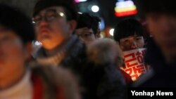 박근혜 정권 퇴진을 요구하는 5차 범국민대회를 하루 앞둔 25일 오후 청와대 근처까지 행진한 대학생과 시민들이 마무리 집회를 하고 있다.