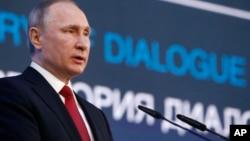 """""""¿Dónde está la prueba de que las tropas sirias usaron armas químicas?"""" —preguntó Putin. """"No hay ninguna, pero hubo una violación del derecho internacional, eso es un hecho obvio""""."""