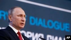 Tổng thống Nga Vladimir Putin phát biểu tại diễn đàn Bắc Cực ở Arkhangelsk, Nga, 30/3/2017.
