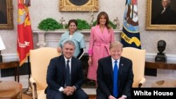 دونالد ترامپ رئیس جمهوری و ملانیا ترامپ بانوی اول آمریکا، از ایوان دوکه مارکز رئیس جمهوری کلمبیا و همسرش در کاخ سفید استقبال کردند.