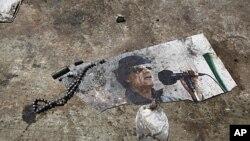 العزیزیہ محل میں لیبیا کے لیڈرمعمر قذافی کی زمین پر پڑی ہوئی تصویر