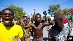 Los manifestantes corean consignas antigubernamentales que exigen la renuncia del presidente Jovenel Moise en Puerto Príncipe.