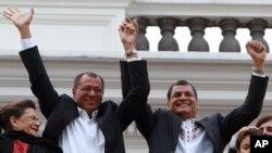 17일 승리를 자축하는 라파엘 코레아 에콰도르 대통령(오른쪽)과 조지 글레스 부통령.
