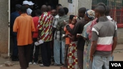 FILE - People line up to vote in Bujumbura, Burundi, June 29, 2015. (Photo: Edward Rwema / VOA)