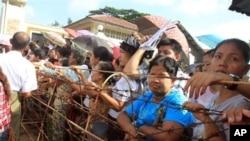 緬甸囚犯的家屬星期三在仰光的一所監獄外等候他們親人獲釋
