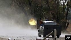 利比亞反叛武裝向忠於卡扎菲的部隊開火