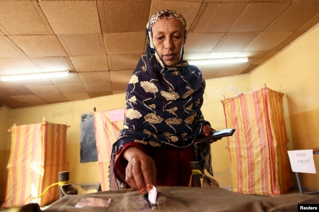 A woman casts her vote at a polling station, as Ethiopia's national election kicks off in capital Addis Ababa, May 24, 2015.