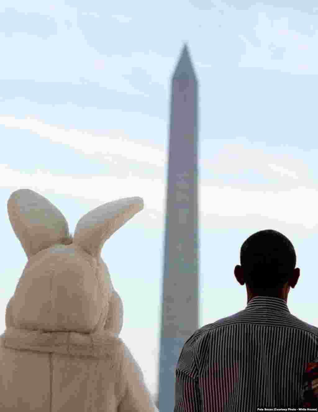 Le président américain et le lapin, symbole de la fête de Pâques, à Washington DC, le 21 avril 2014.