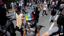 Những người biểu tình chống chính phủ tuần hành đến Tối cao Pháp viện ở Caracas, Venezuela, ngày 6/7/2017.