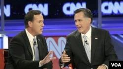 Rick Santorum (kiri) dan Mitt Romney dalam acara debat di Mesa, Arizona (22/2). Romney diperkirakan menang di negarabagian Arizona.