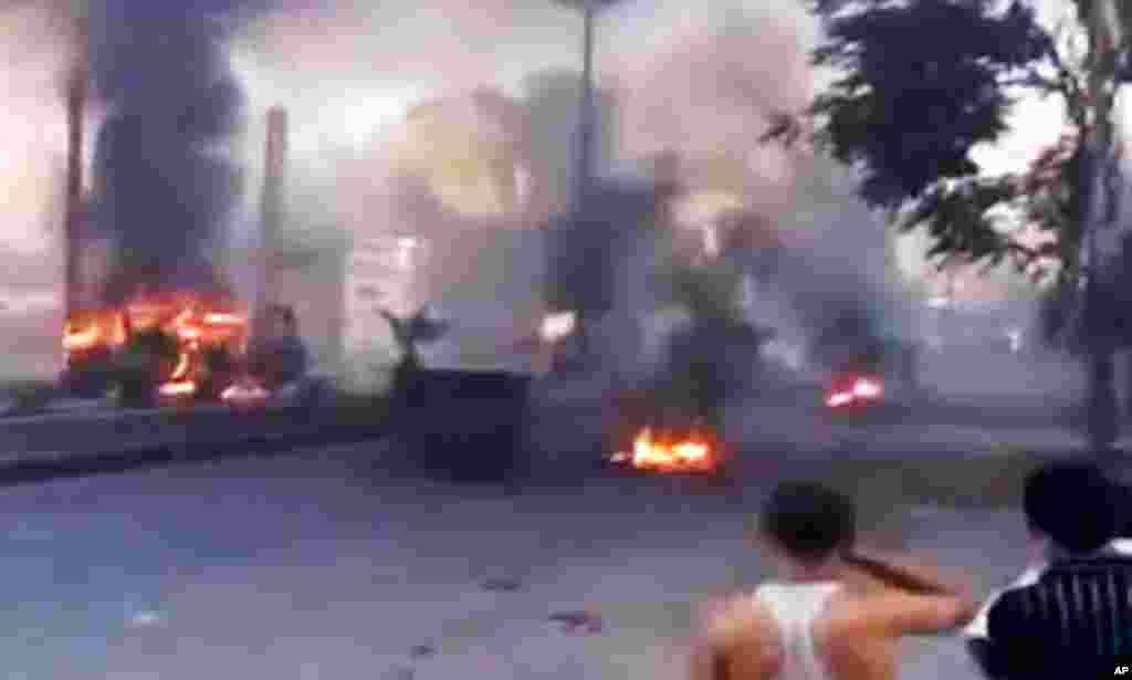 Havaskor videodan olingan tasvir, poytaxt Damashqda shinalar yoqilmoqda, 18-iyul, 2012-yil.