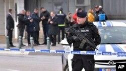 22일 몬테네그로 수도 프도고리차 주재 미국대사관에 폭발물 공격이 있은 후, 경찰이 현장을 통제하고 있다.