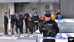 Polisi Montenegro menjaga keamanan di depan Kedutaan Besar AS di ibukota Montenegro, Podgorica, 22 Februari 2018.