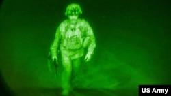 Thiếu tướng Chris Donahue, tư lệnh Sư đoàn Dù 82, người lính Mỹ cuối cùng lên máy bay C-17 rời Kabul hôm 31/8/2021.