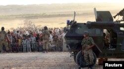 叙利亚的库尔德人逃难进入土耳其,土耳其军人在旁边守卫。