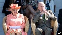 97 سالہ پرنس فلپ اپنی 92 سالہ اہلیہ ملکہ الزبتھ کے ساتھ۔ فائل فوٹو