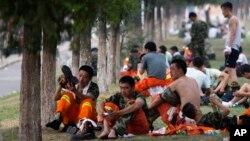 지난 15일 중국 톈진 폭발 사고 현장에서 소방대원들이 잠시 휴식을 취하고 있다.