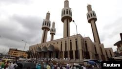 Des musulmans prient lors à la Mosquée centrale dans la capitale financière du Nigeria, Lagos, le 31 juillet 2009.