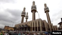 Des musulmans prie lors à la Mosquée centrale dans la capitale financière du Nigeria, Lagos, le 31 juillet 2009.