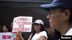 Una mujer venezolana sostiene un cartel exigiendo medicinas durante una manifestación por las pacientes de cáncer de mama en Caracas, el 27 de agosto de 2017.