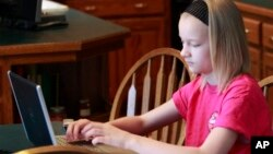 Internet membantu siswa lebih banyak dan lebih cepat belajar. Namun di sisi lain, siswa menjadi tidak mengembangkan keterampilan yang dibutuhkan untuk menilai mutu informasi di internet (foto: dok).