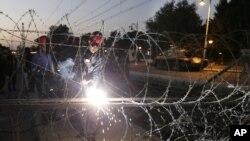 12月6日埃及政府军坦克部署在穆尔西支持者及反对派连夜发生冲突的总统府地区