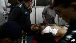Polisi Pakistan yang terluka akibat serangan kawanan bersenjata dibawa ke rumah sakit di kota Peshawar (10/4).