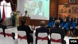 Menlu RI Retno LP Marsudi Saat memberikan kuliah umum di Universitas Pancasila, Jakarta, Kamis (13/12). (Foto: VOA/Ghita)