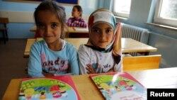 Anak-anak pengungsi Suriah di sekolah mereka di Fatih Sultan Mehmet School di distrik Karapurcek, Ankara, Turki, 28 September 2015.