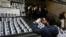 Foto de archivo de un hombre sacando una foto de imágenes del periodista Cándido Ríos, quien fue asesinado en Veracruz, durante una manifestación en el Ministerio del Interior en la capital de México. Ago 24, 2017.